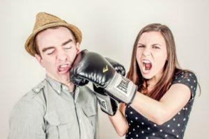 Trennen oder nicht - Frau boxt Mann