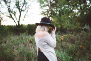 Hemmungen - Frau kehrt Rücken zu