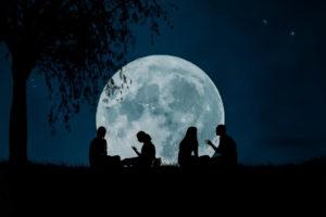 Famielienberatung bei Mondschein