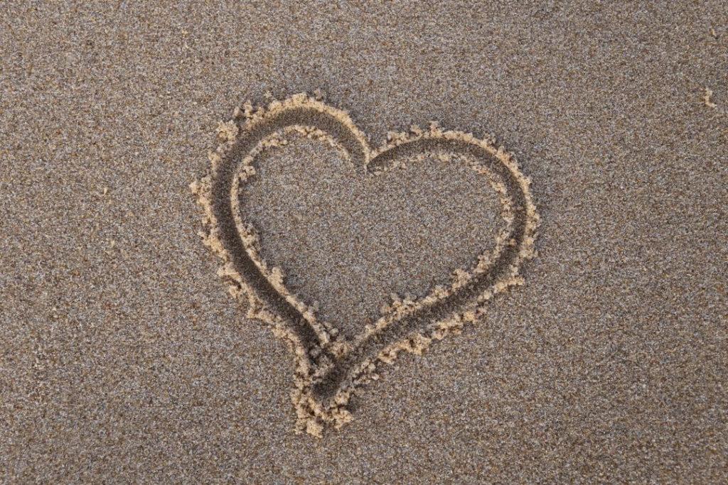 Verliebt sein - Herz im Sand