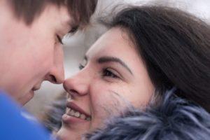 Neue Beziehung Pärchen küsst sich