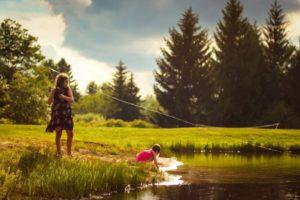 Wochenendbeziehung mit Kindern am See