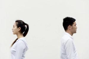 Eine On-Off-Beziehung Rücken an Rücken