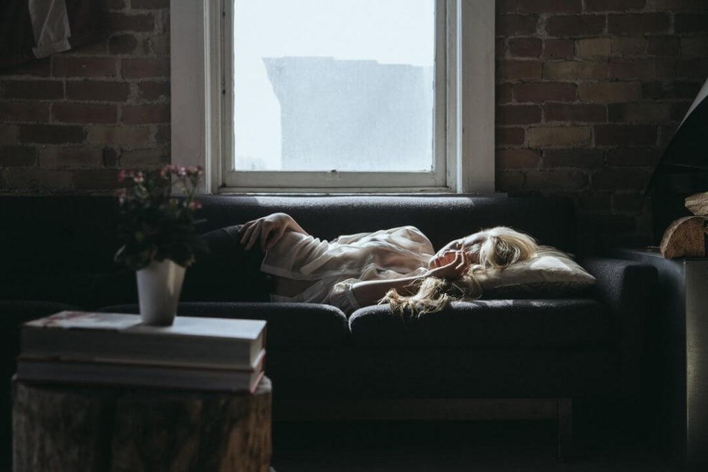 Auszeit Beziehung - Frau auf Sofa