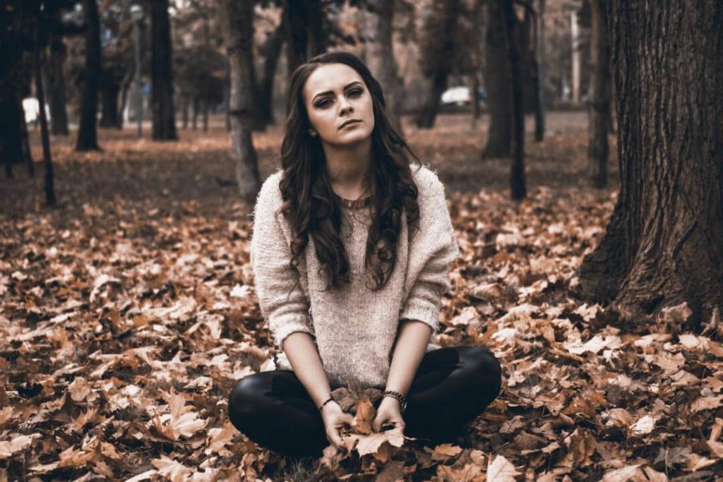 Beziehungsunfähigkeit - Frau im Wald